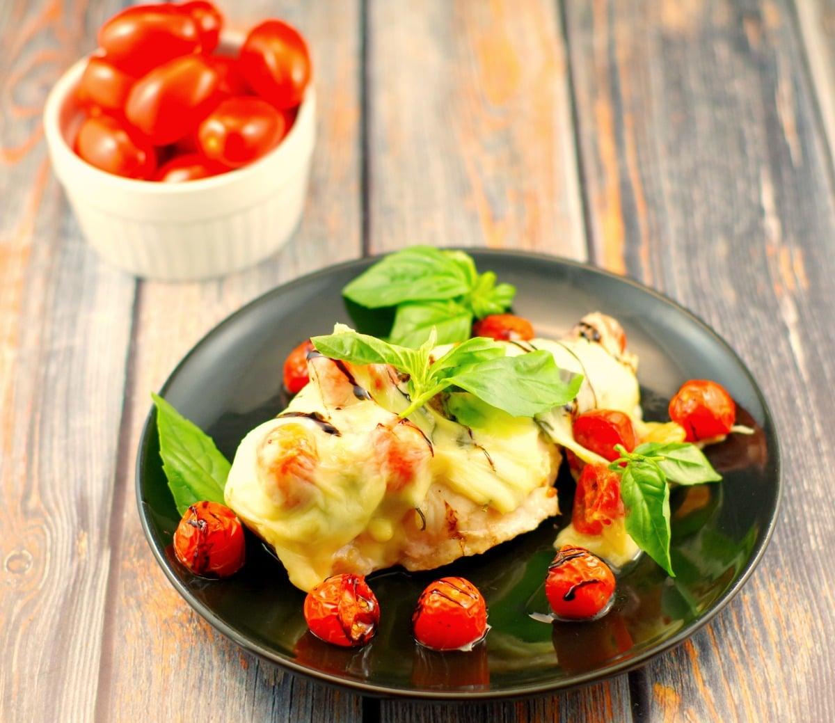 Caprese Sheet Pan Chicken dinner | #bakedchicken #chickenbreast recipes - Foodmeanderings.com