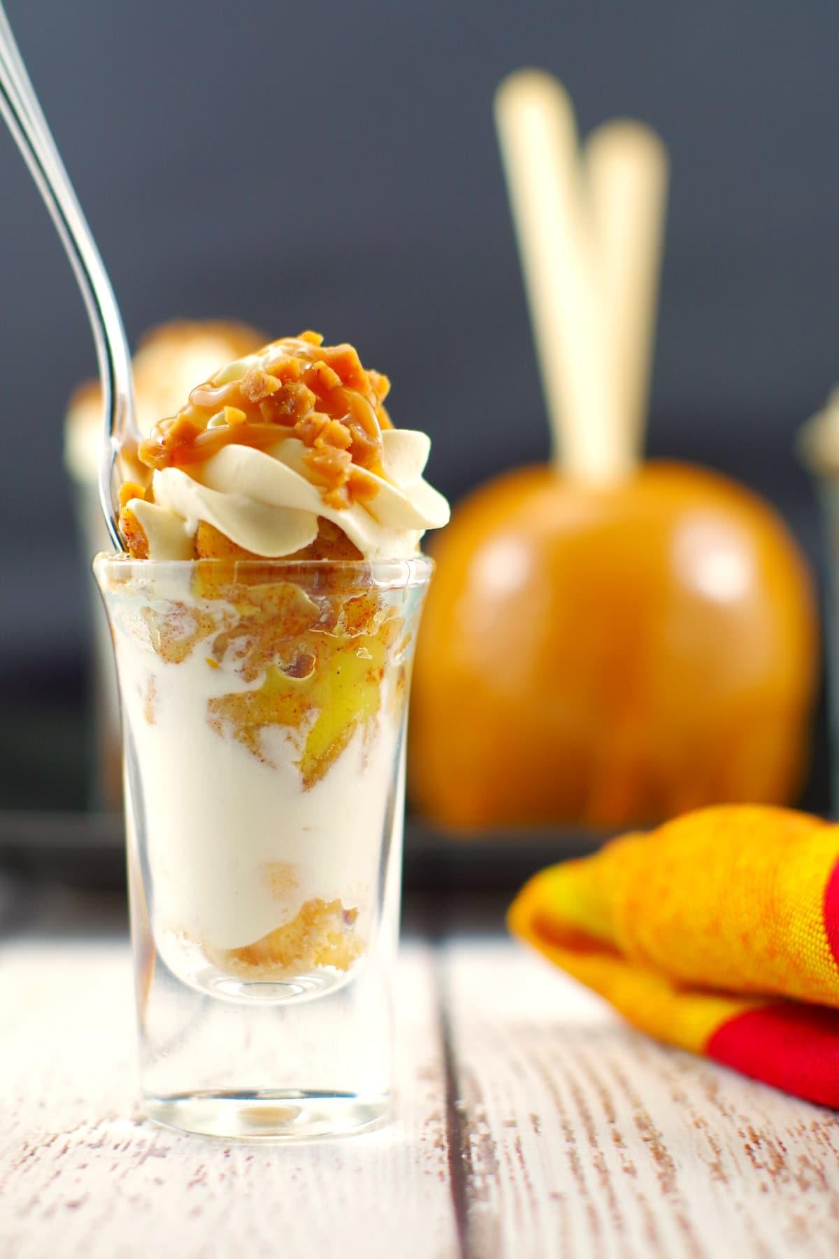 Caramel Apple Betty Dessert Shots | #dessertshots - Foodmeanderings.com