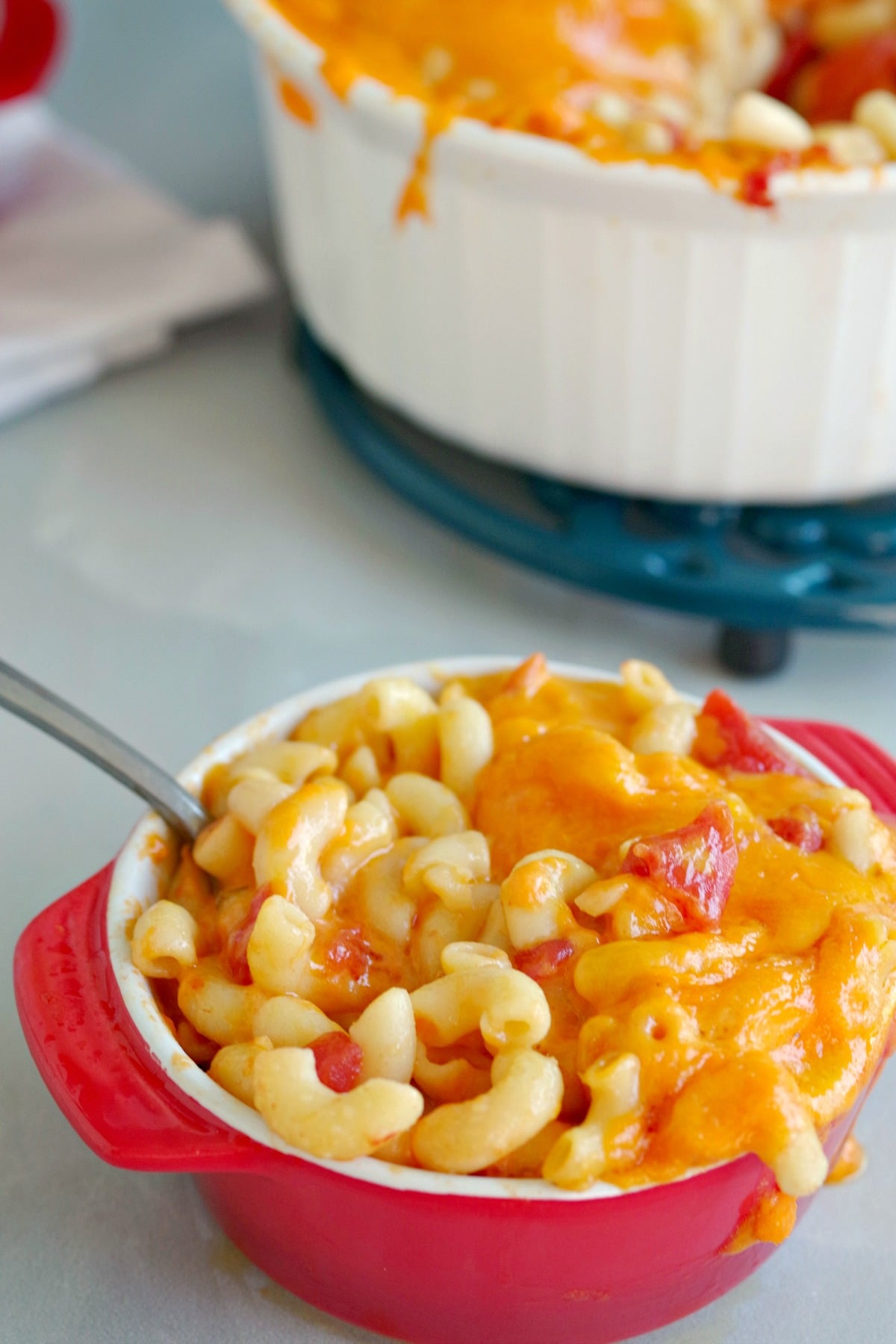 macaroni cheese and tomatoes in red bowl